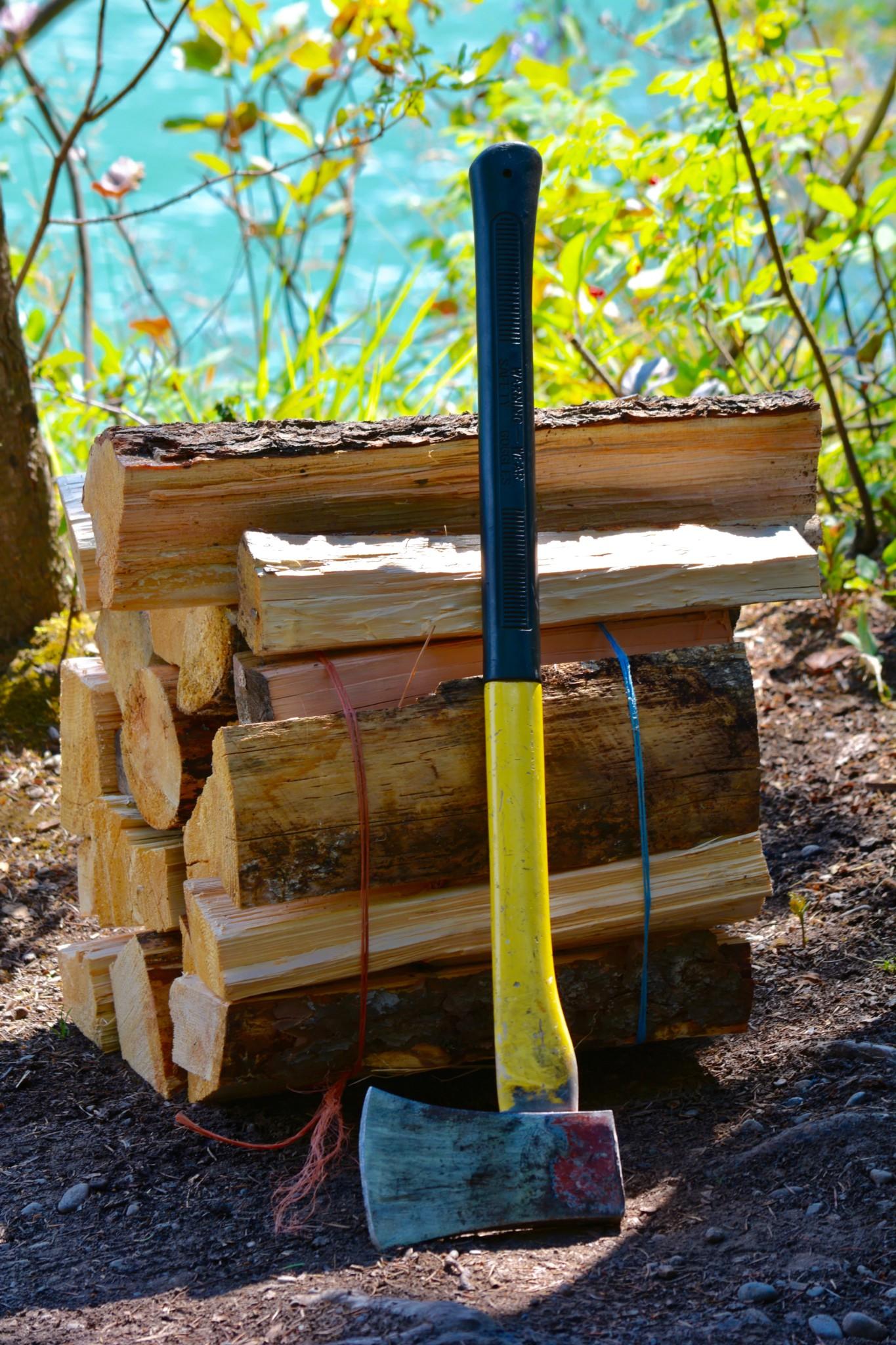 Feuerholz mit Axt, Kanada